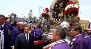 Al llegar a la Plaza Mayor de Lima, el Cristo Moreno recibió el homenaje del presidente Ollanta Humada y su familia.
