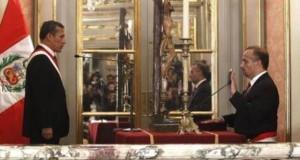 El presidente Ollanta Humala toma el juramento de estilo al nuevo ministro Francisco Adolfo Dumler Cuya.