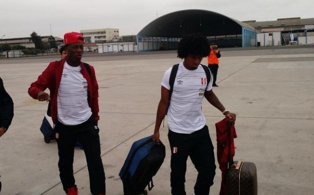 Luis Advíncula y Yordy Reyna dejando suelo peruano rumbo al Brasil. (Foto: César Vivar Miranda).