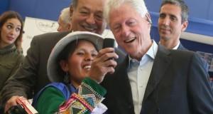 Durante la visita que efectuó Bill Clinton al proyecto social Chakipi, una beneficiaria no desaprovechó la oportunidad para tomarse un selfie con el expresidente norteamericano y el magnate mexicano Carlos Slim.