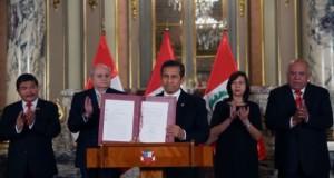 El presidente Ollanta Humala muestra la Ley ya rubricada que crea el distrito fronterizo y aseguró que su Gobierno dará el más firme respaldo político al proceso formal de sus nuevas autoridades.