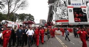 El presidente Ollanta Humala revisa las nuevas unidades entregadas al Cuerpo General de Bomberos Voluntarios del Perú.
