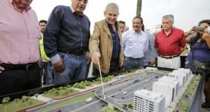 El alcalde limeño, Luis Castañeda Lossio, muestra la maqueta de los proyectos a ejecutarse.