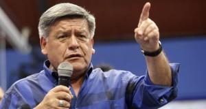 """El candidato César Acuña rechazó la información de la ONPE al afirmar que solo se trató de una """"ayuda humanitaria"""", para financiar la construcción de un muro que los proteja de la crecida del río y la caída de huaicos."""