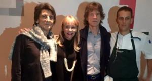 Astrid, esposa de Gastón Acurio, posa sonriente con Mick Jagger durante la visita que realizó el famoso vocalista de The Rolling Stones a su restante miraflorino.