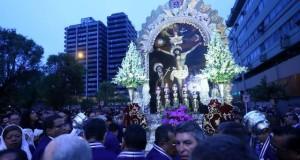 La procesión del Señor de los Milagros salió de las Nazarenas a las 6 de la mañana y aún sigue recorriendo el centro de Lima.