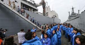 """El BAP """"Tacna"""" que llevará al presidente Ollanta Humala al Ecuador, viene siendo abastecido con la ayuda humanitaria que será entregada a los damnificados del terremoto. (Foto: ANDINA)."""