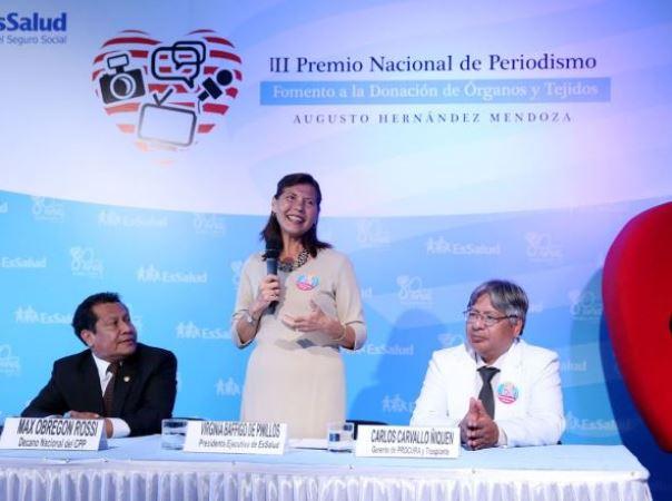 La presidenta de EsSalud, Virginia Baffigo, anunció el lanzamiento del evento periodístico acompañada del decano nacional del Colegio de Periodistas, Max Obregón; y del gerente de Trasplantes de EsSalud, Carlos Carvallo.