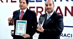 El ministro José Luis Pérez Guadalupe y el superintendente de Migraciones, Boris Potozén Braco, muestran la distinción obtenida por el pasaporte biométrico peruano en México.
