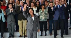 La excandidata presidencial Keiko Fujimori durante su exposición pública, estuvo acompañada de sus 73 congresistas electos y excandidatos a las vicepresidencias. También reapareció su hermano Kenji Fujimori. (Foto ANDINA).