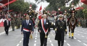 El presidente Pedro Pablo Kuczynski hace su ingreso a la Gran Parada y Desfile Cívico Militar, acompañado del ministro de Defensa, Mariano Gonzalez, y del jefe del Comando Conjunto de las Fuerzas Armadas. Almirante Jorge Moscoso Flores.
