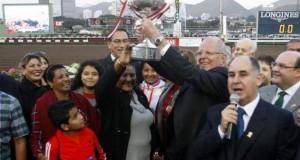 """Durante la entrega de la Copa a Doña Peta, el presidente Pedro Pablo Kuczynski se gastó una broma al mencionar que la carrera fue como su campaña que la """"gané por una nariz""""."""