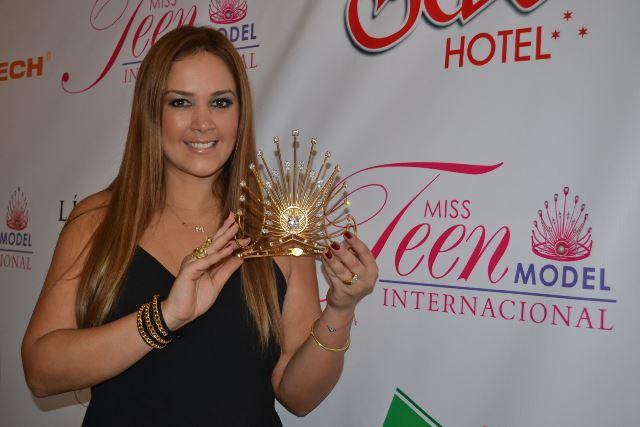 Marina Mora nos enseña la corona que llevará la nueva soberana por todo el 2016.