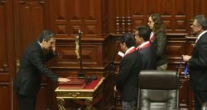El parlamentario andino Víctor Rolando Sousa Huanambal (Fuerza Popular) fue el primero en prestar juramento ante la presidenta del Congreso, Luz Salgado Rubianes.