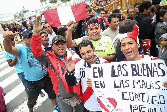 Los aficionados que se dieron cita en el aeropuerto los recibieron con gran algarabía y en sus rostros se denotaba la alegría del triunfo peruano.