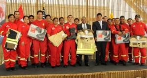 El embajador Brian A. Nichols entregó la donación a los bomberos, acompañado del alcalde de Surco, Roberto Gómez Baca.