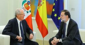 El jefe de Estado peruano, Pedro Pablo Kuczynski, durante la reunión de trabajo que sostuvo hoy con el presidente de Gobierno de España, Mariano Rajoy, en el Palacio de la Moncloa, en Madrid.