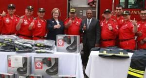 El embajador Brian A. Nichols y la primera dama Nancy Lange, en la ceremonia de entrega de la moderna vestimenta a los bomberos voluntarios.