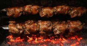 Este crocante pollo acompañado de papas fritas, ensalada de lechuga y tomate, además de una variedad de salsas y cremas, es el plato de bandera del Perú que incluso en su consumo ha superado al cebiche.