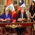 Los presidentes Michelle Bachelet y Pedro Pablo Kuczynski suscriben la Declaración de Lima, que dio por culminado este encuentro presidencial y ministerial calificado como histórico.