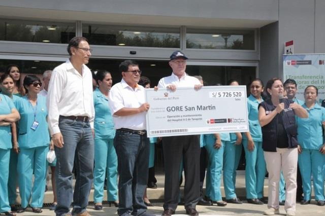 El presidente Pedro Pablo Kuczynski entrega la transferencia por más de 5,7 millones de soles al gobernador de la Región de San Martín, Víctor Manuel Noriega Reátegui, para poner en funcionamiento al nuevo Hospital de Tarapoto.