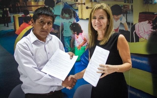 La ministra de Educación, Marilú Martens, y el dirigente gremial de los maestros del Cusco, Ernesto Meza Tica, muestran el acta suscrita con los acuerdos.