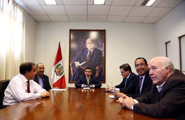 El presidente del Congreso, Luis Galarreta, sostuvo al mediodía de hoy una reunión con los cinco integrantes de la bancada de Acción Popular.: