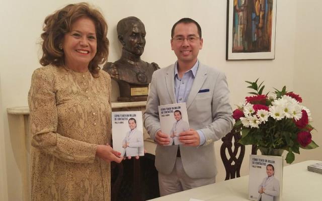 La cónsul general del Perú en Nueva York, embajadora María Teresa Merino de Hart, presentó al escritor peruano Willy Wong y su reciente obra relacionada a las redes sociales.