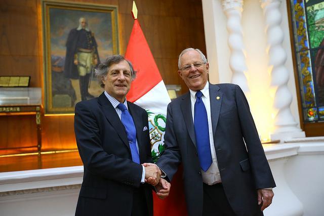 Mandatario peruano Pedro Pablo Kuczynski y el presidente del Gafilat, Eugenio María Curia.