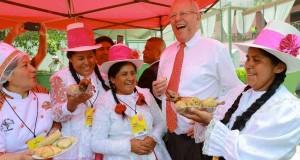 El presidente del Perú Pedro Pablo Kuczynski, saboreando potajes típicos en el día del lanzamiento de Mistura 2017. Foto: ANDINA/Prensa Presidencia
