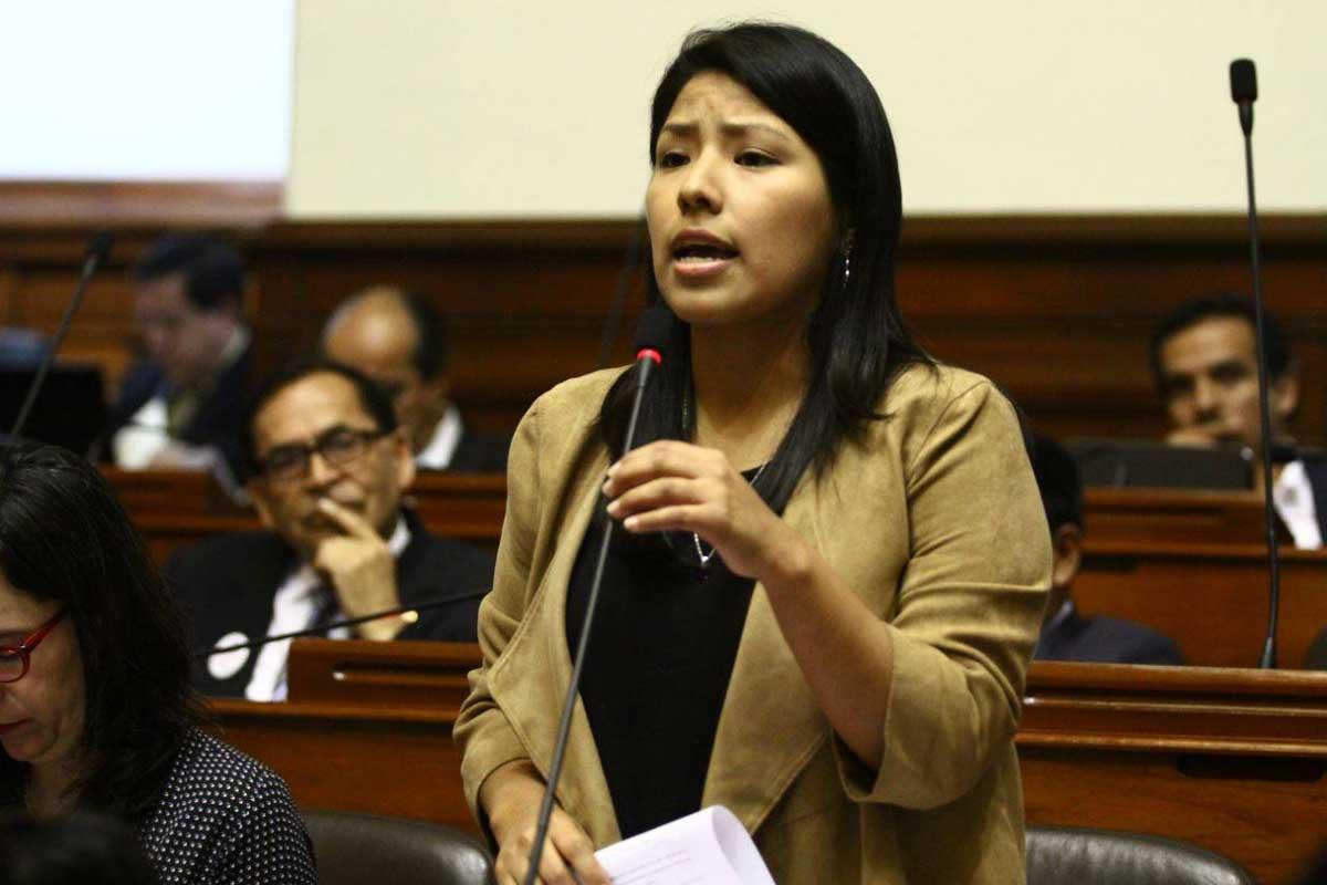 Congresistas exponen y apoyan una moción contra la violencia de la mujer.